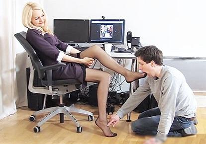 В офисе под столом парень лижет туфли каблуке — pic 3
