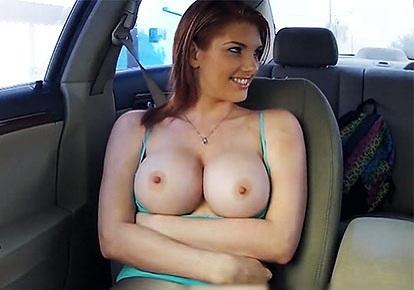 Показала сиськи на фоне авто