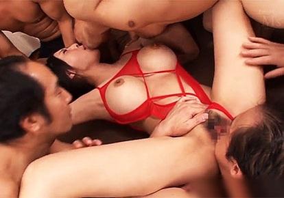 Танцует японку по очереди трахают в рот видео ахуенные