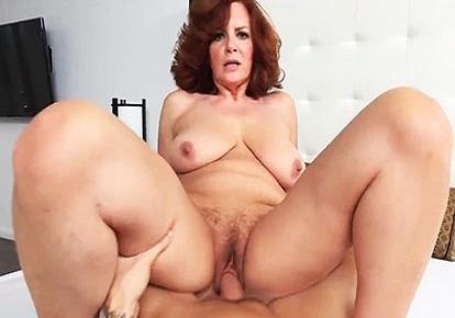 Рыженькая мать делает сыну минет и седлает его большой член попкой
