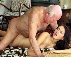 Секс старика с молодой девушкой
