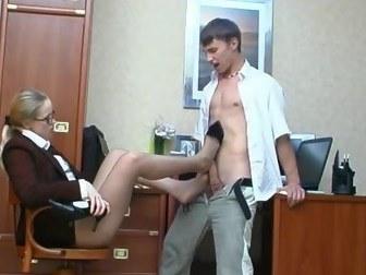 Парень с большим хуем любит ебать начальницу на рабочем столе
