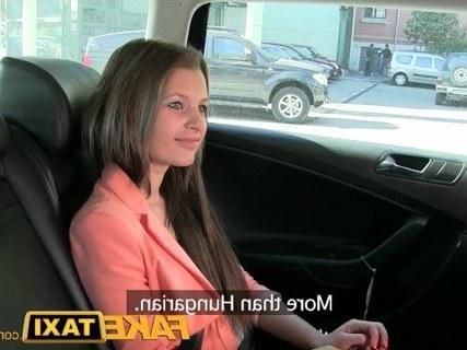 Таксист ебет шлюх двух у себя в машине и кончает в рот им.