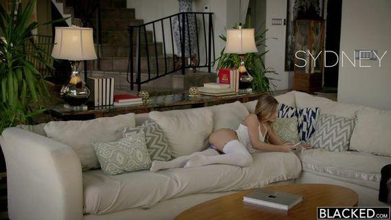 Узкоглазая соска поливает сквиртом диван HD