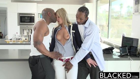 Лысый негр в окружной больнице занимается групповухой с двумя девками