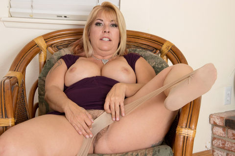 American milf Joclyn Stone fingers nyloned and hairy pussy. Chubby milf Joclyn Stone from the USA loves rubbing her hairy pussy with nylon pantyhose. Bonus video: American milf Scarlett.
