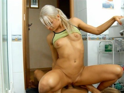 Русский парень пригласил домой блондинку для съемки домашнего порева