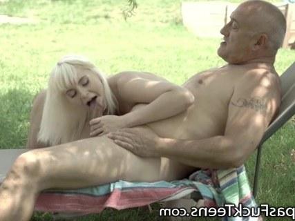 Дедушка трахнул великолепную блондинку на своем заднем дворе
