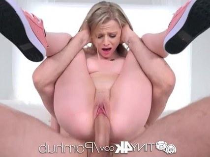 Адриана Чечик большой грудью и в розовых чулках занимается сексом с ухажером без резинки
