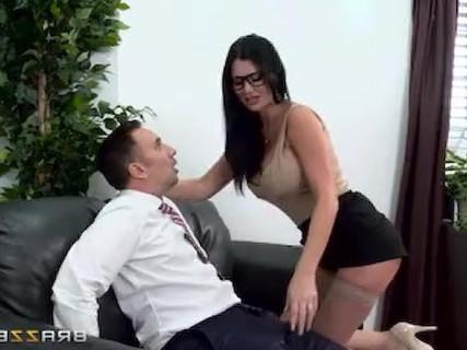Jasmine Jae, eine schwüle britische MILF, übergibt ihre Muschi einem kahlköpfigen Kerl