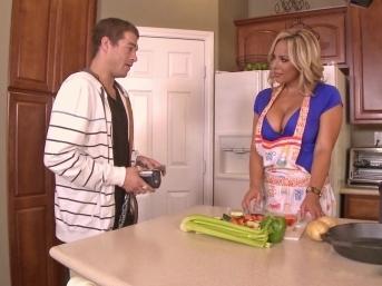 Мамаша И Парень Спариваются На Кухне