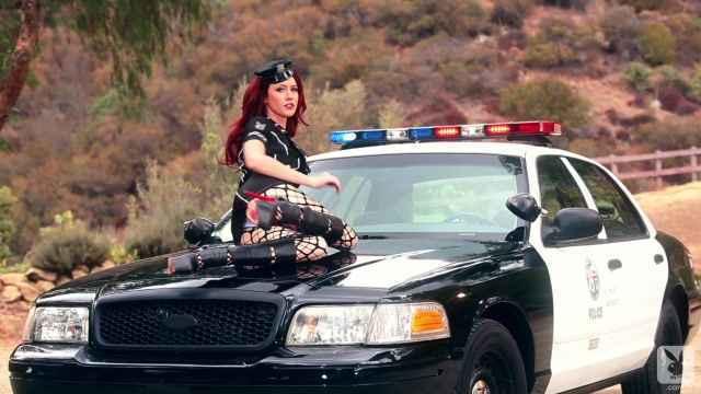 Сексапильная блонда в костюме полицейского