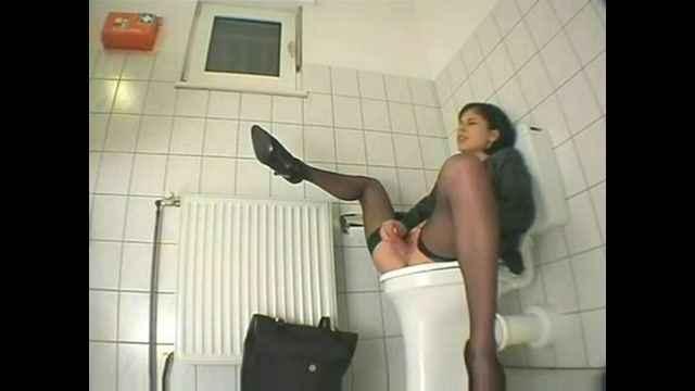 порно фильмы дрочка в туалете
