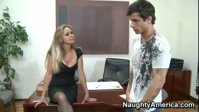 Mature massage parlour worker Dyanna Lauren undressing for oral sex № 528059  скачать