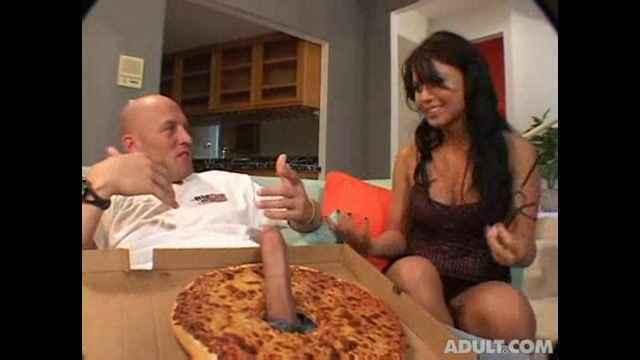 девушки голые заказывают пиццу видео