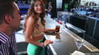Знакомство во баре..Парень познакомился вместе с девушкой на баре, а затем трахнул её бери барной стойке.