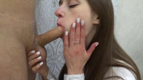 Молодая подруга любит сосать и дает кончить внутрь