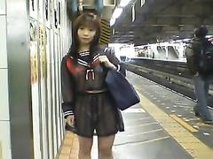 представить фильм про азиаток в метро или автобусе стенах комнаты